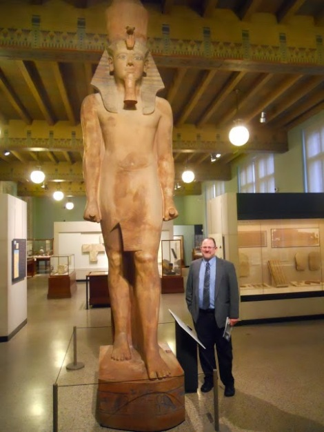 20-foot statue of King Tut, with our much shorter Prof.R.Cammenga :) .